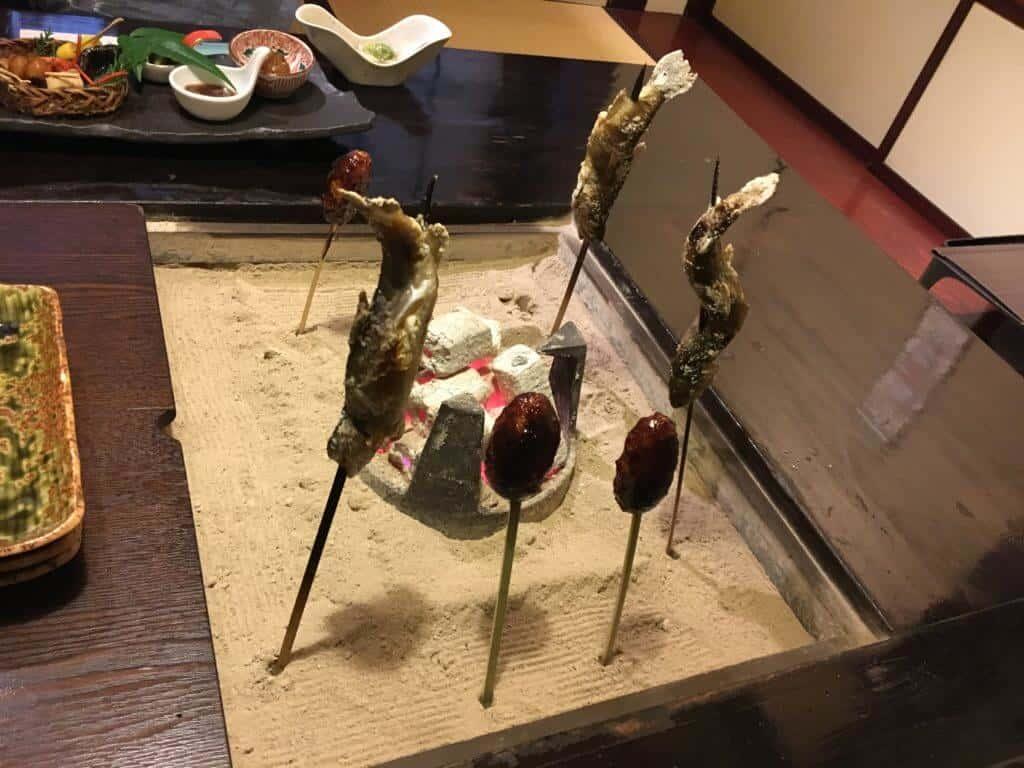 囲炉裏で焼かれる五平餅と魚